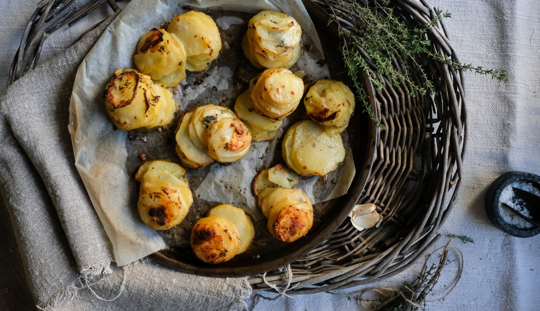 Τραγανές πατάτες με βούτυρο και θυμάρι
