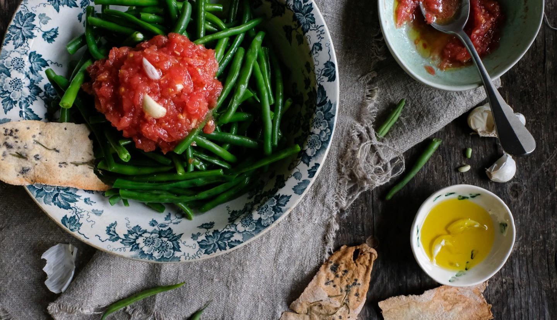 Σαλάτα με φρέσκα φασολάκια και σάλτσα φρέσκιας ντομάτας