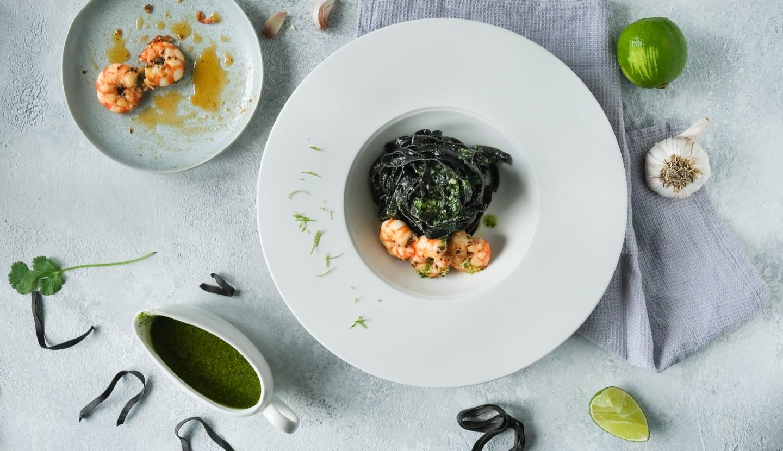Μαύρες ταλιατέλες με γαρίδες και pesto κόλιανδρου
